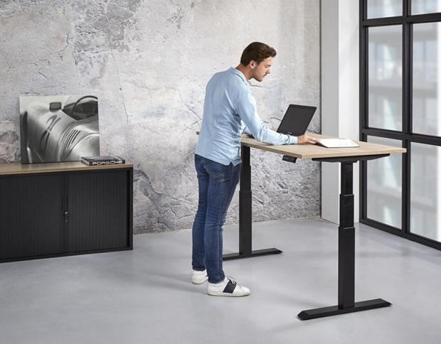 OecherDeal präsentiert alpha büro-organisation mit einem höhenverstellbaren Schreibtisch